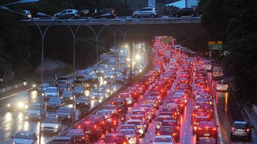 4nov2013-avenida-vinte-e-tres-de-maio-tem-transito-intenso-nos-dois-sentidos-a-chuva-que-atinge-a-capital-paulista-desde-a-manha-desta-segunda-feira-4-piora-as-condicoes-do-transito-na
